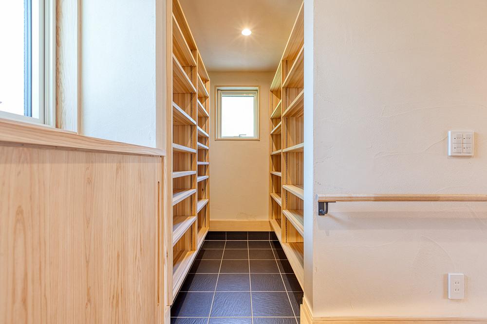 玄関のシューズクロークは、将来の二世帯住宅にも対応の容量。