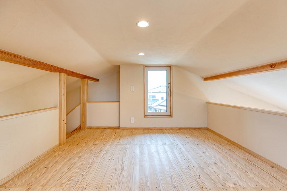 この家の一番高い部分にはロフトがあるので、夏はロフトの窓からの重力換気で熱気がこもらない。