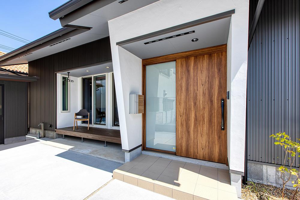 ガルバリウム鋼板の外壁に、玄関とリビング部分には高知の漆喰を合わせる。