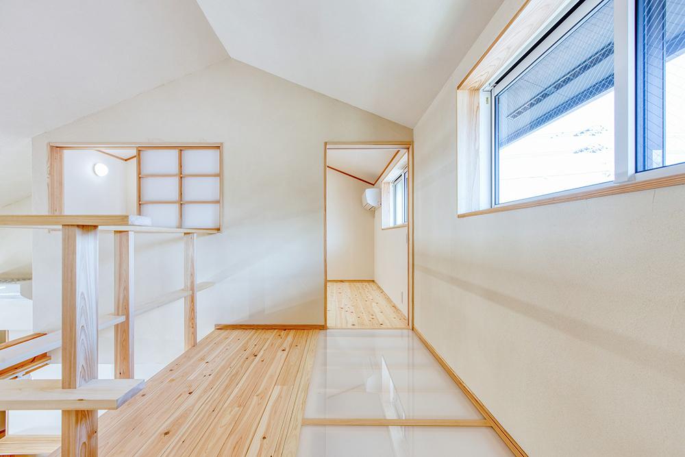 北側で唯一採光が取れる二階廊下部分の窓から、床をアクリルにして一階のキッチンに光るを届ける。