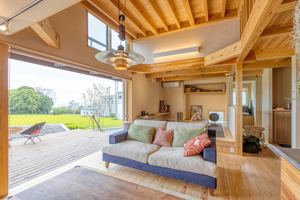 ダイニングの奥の畳スペースは少し高さを上げ、下は巨大な床下収納に。
