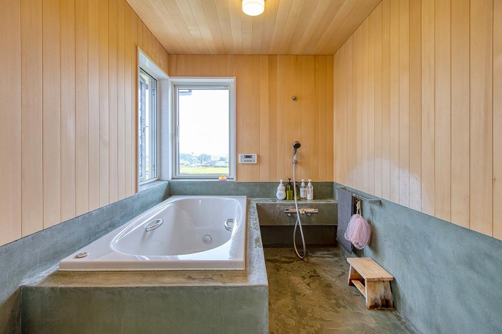 浴室は完全オーダーメード。床と腰壁はモールテックス、壁と天井は水に強いヒバ。窓からは茶畑を一望。