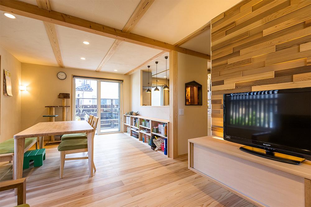 ご主人の「もっと木を増やしたかった」のご要望でTVの後ろにレッドシダーのデザインパネルと、廊下にはこの家をモチーフにしたニッチを。