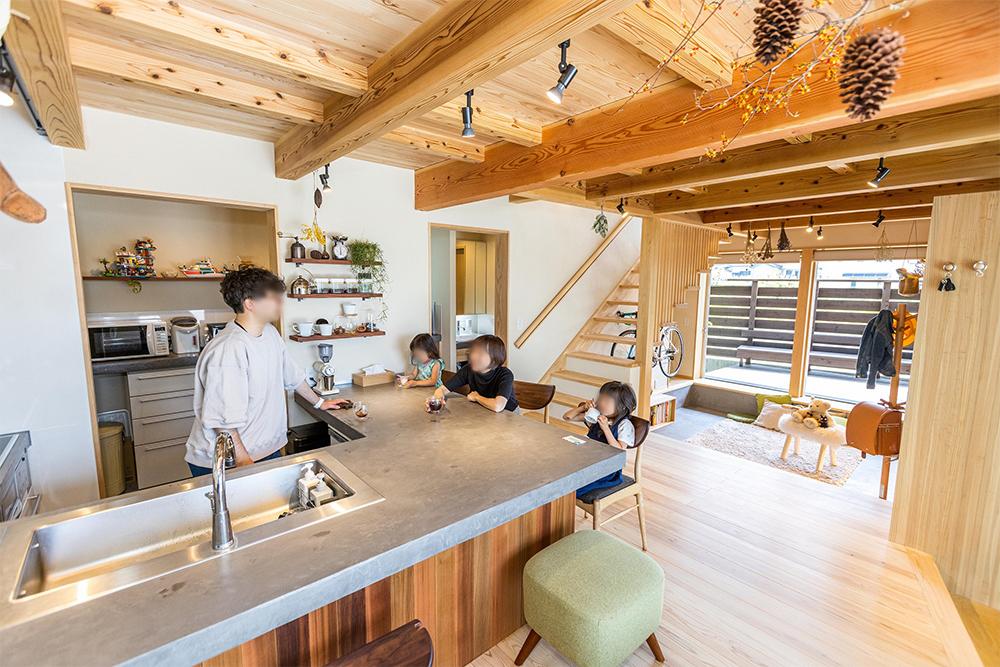 キッチンはリビングより15cm下がっていて、マスター(笑)の作ったコーヒーをダイニング側の椅子でいただける。